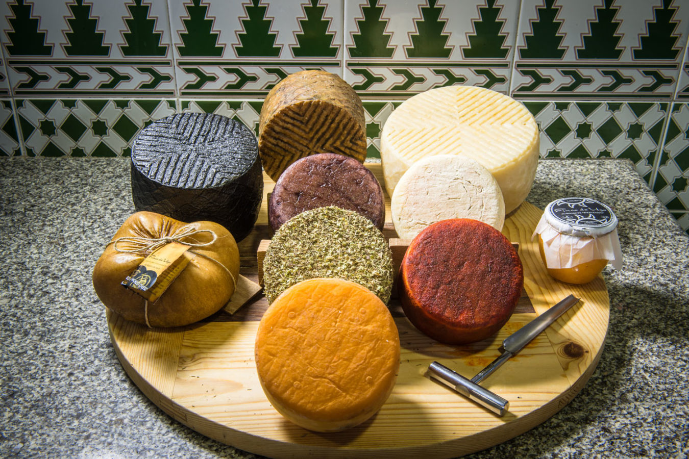 Wooden tray featuring several cheeses from Finca de Uga